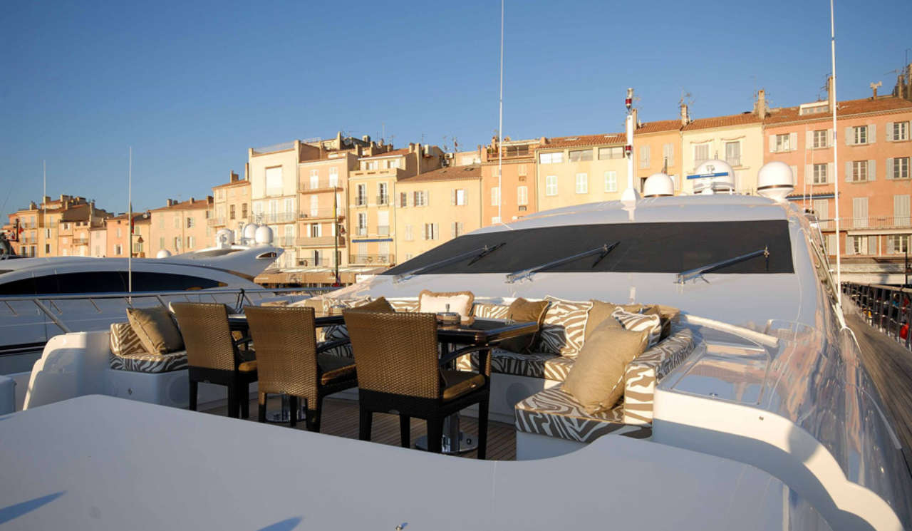 Mangusta-130-outside-dining-area